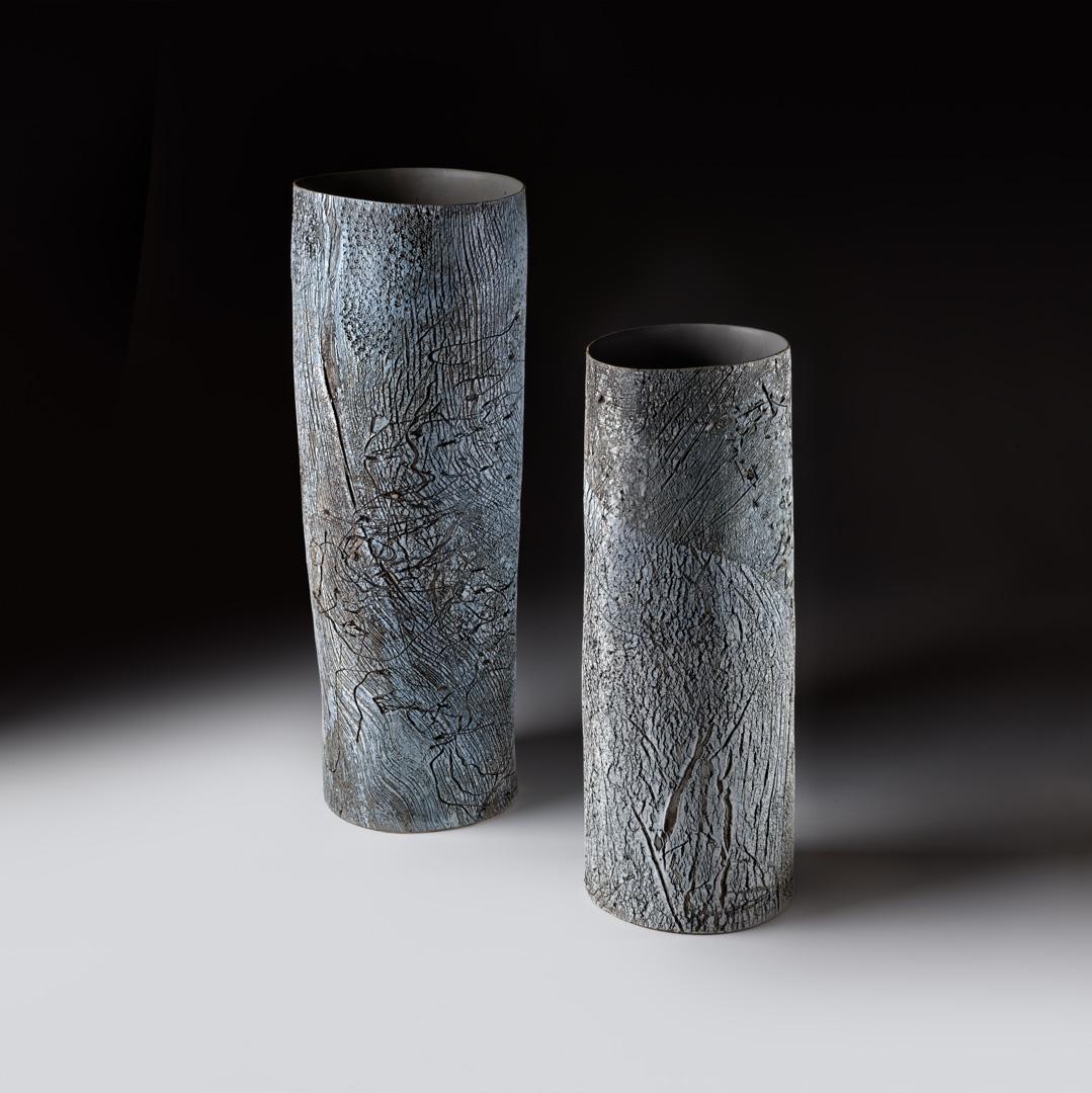 Strukturgefäß links H 47,8 cm, Durchmesser 18 cm; Strukturgefäß rechts H 39,3 cm D 13,5 cm; Reduktionsbrand 1280° C; Steinzeug; 2015;