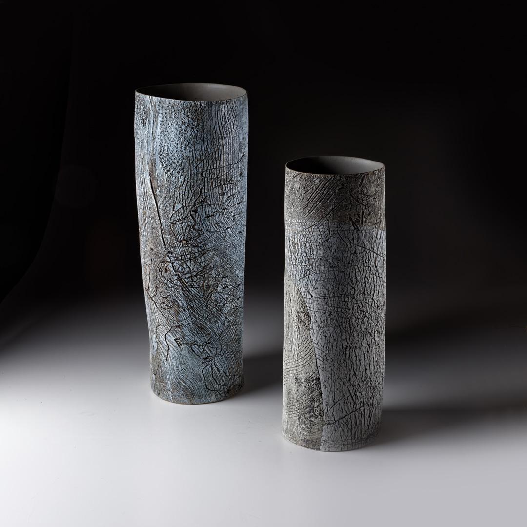 Strukturgefäß links H 47,8 cm, Durchmesser 18 cm; Strukturgefäß rechts H 39,3 cm D 13,5 cm; Steinzeug; 2016;