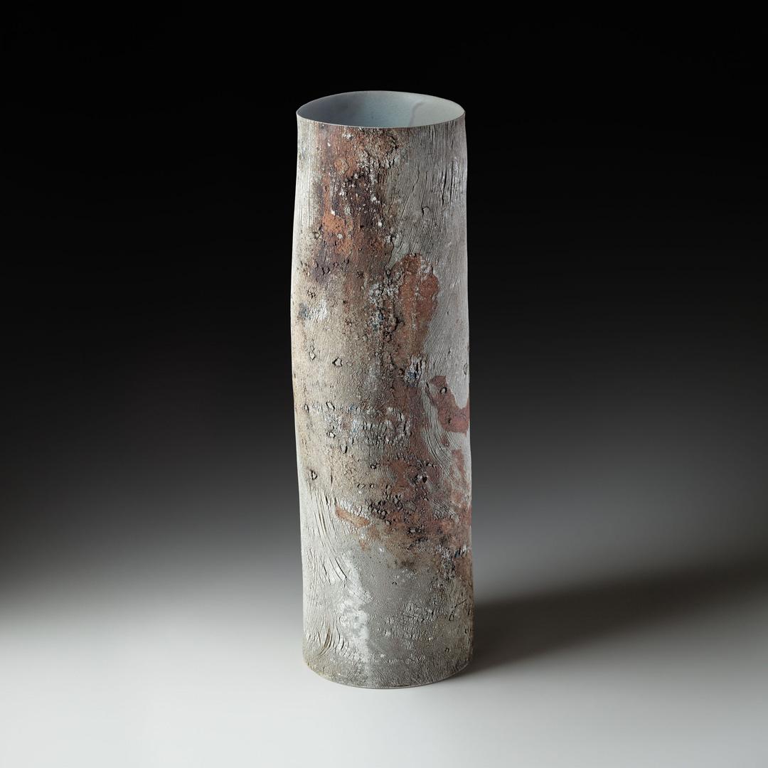 Strukturvase; Steinzeug; gebaut; H/B/T 61/18/18 cm; bei 1280° C reduzierend gebrannt; 2014