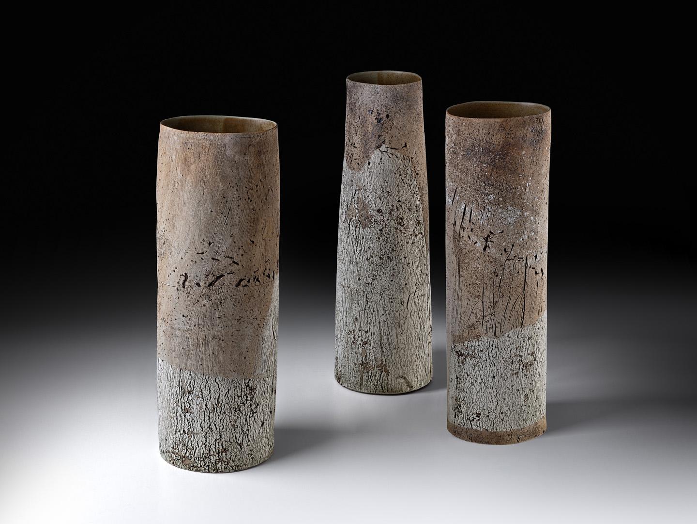 Triptychon; 3 große Strukturvasen; Vase 1 Höhe 54 cm / D 17,5 x 14,3 cm; Vase 2 Höhe 55 cm / Durchmesser 14 - 18 cm; Vase 3 Höhe 54,5 cm / Durchmesser 16 - 17 cm; Steinzeug; Engoben; Oxyde; Glasur; 2017