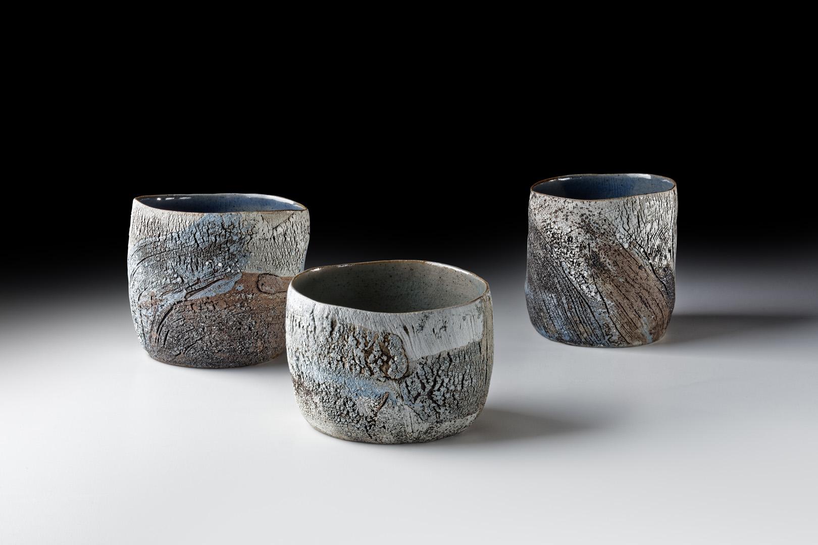 Strukturbecher; H 7,5 cm – 9 cm; Durchmesser 10 – 11 cm; 2016; Steinzeug