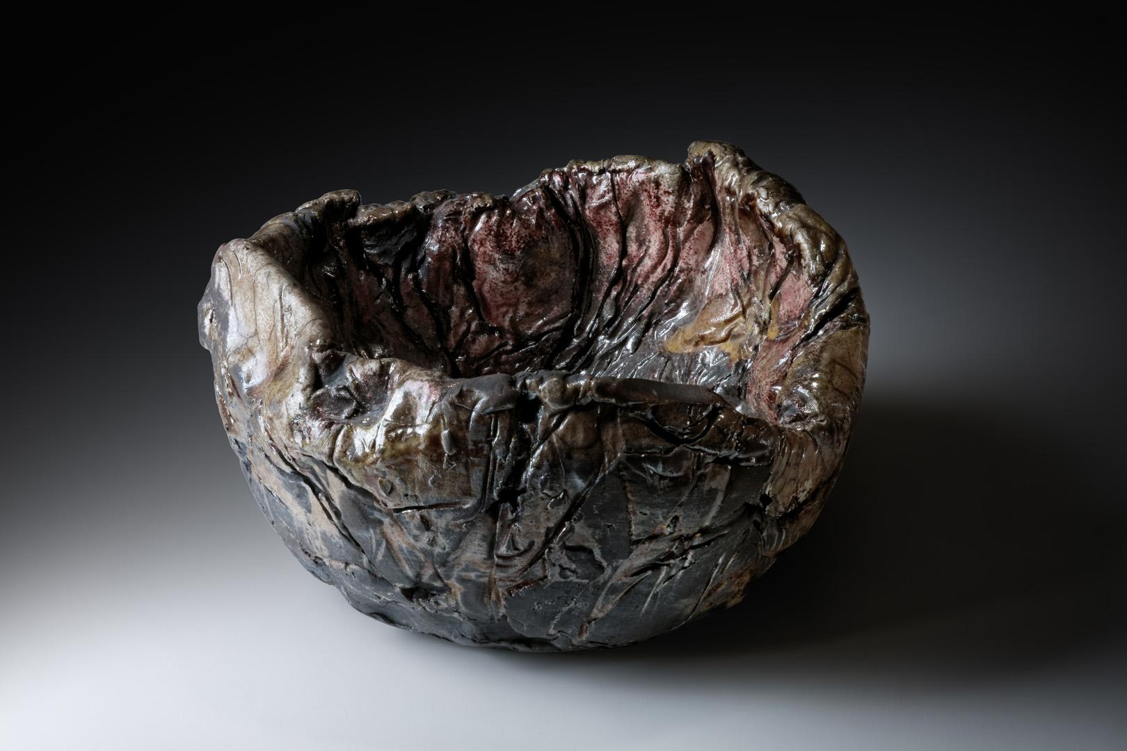 Fleischtopf 1; H 8 cm – 12,5 cm; Durchmesser 22 cm; Raku, 2015