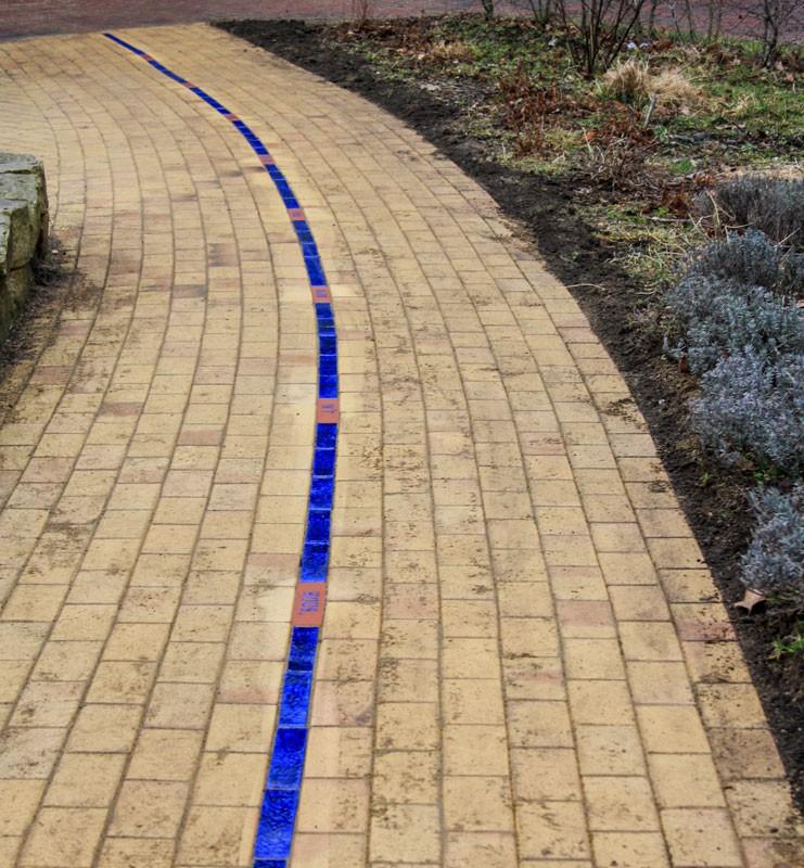 Blaue Linie, Glasierte und z.T. geprägte Ziegel